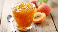 Jak zavařovat a sušit meruňky Meruňkový džem  1 kg ovoce, 80 dkg cukru, 10 sladkých jader a 1 balíček Gelfixu  Sušené meruňky  Meruňky odpeckujeme a půlky vkládáme do vody okyselené kyselinou citrónovou, aby nezhnědly. Necháme je okapat na sítu a pak je sušíme řeznou plochou dolů. sušíme je na prudkém slunci šest dnů, nebo v troubě na lískách, a to postupně – nejprve při teplotě 50 °C, později zvýšíme teplotu na 60 °C (přibližně po 15 minutách).