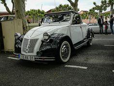 Une 2CV cabriolet à Lavaur lors du festival Rock & Cars 2013