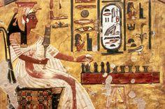 """Os egípcios costumavam relaxar disputando um dos diversos jogos de mesa como o """"Mehen"""", """"Cachorros e Chacais"""" ou o mais popular deles, um jogo de azar conhecido como """"Senet"""". Esse passatempo remonta ao ano 3.500 a.C e era praticado sobre uma grande mesa pintada, com 30 armários. Cada jogador usava um conjunto de peças que avançavam sobre o tabuleiro. O jogo era tão popular que a maioria dos faraós era enterrada com ele."""