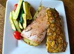Tolles Grillrezept: Lachs auf gegrillter Ananas! Durch die Ananasscheiben wir der Lachs herrlich frisch und süßlich mariniert. Man kann auch Hühnerbrust statt Fisch nehmen. Ca. 12 Minuten pro Seite grillen und guten Appetit!