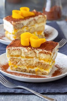 Mango tiramisu is a fruity version of the classic Italian dessert. Layers of ladyfingers, mascarpone mixture and mango sauce are finished off with cocoa and some fresh mango slices.This eggless mango … Mango Dessert Recipes, Mango Recipes, Delicious Desserts, Yummy Food, Cheesecake Recipes, Mango Tiramisu Recipe, Tiramisu Dessert, Lady Fingers Dessert, Finger Desserts