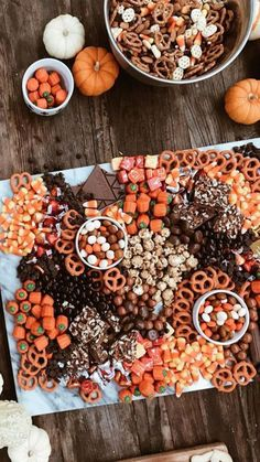 halloween movies The Only 5 Things You Need To Host A Halloween Movie Night Halloween Party Snacks, Halloween Donuts, Halloween Pizza, Halloween Desserts, Halloween Movie Night, Soirée Halloween, Halloween Cocktails, Halloween Dinner, Thanksgiving Desserts