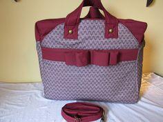Possui dois práticos bolsos externos com fechamento de imã, na parte interna mais seis bolsos <br>Ideal para levar a maternidade e em viajens <br> <br>Tecido tricoline 100% algodão <br>Estruturada com manta resinada que deixa a bolsa estabilizada <br>Fechamento com zíper reforçado e imã nos bolsos externos <br>Modelo exclusivo <br> <br>MEDIDAS: <br>40 CM LARGURA <br>35 CM ALTURA <br>22 CM LATERAL <br>Adequamos modelo e cor a seu gosto