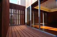 1階2階3階が、 それぞれズレて積み重なっていることを利用して、 1階の屋根の上に、 住宅密集地にあるとは思えないほどの、 広い、屋外のテラスをつくりました…。    屋外のテラスは、その先端で、 目隠しの格子によって、大きく囲い、 プライバシーを確保しています…。    そして、 屋内のリビングルームは、 そのテラスに向かって大きく開くことで、 実際の面積をはるかに超えた、 広がりが感じられるようにしました…。  https://www.facebook.com/NakamaKunihiko