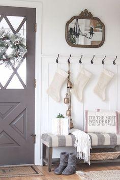 Gorgeous 65 Favorite Farmhouse Christmas Entryway https://homeastern.com/2017/09/10/65-favorite-farmhouse-christmas-entryway/