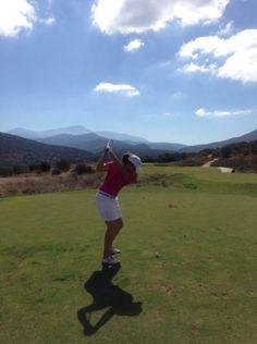 Caroline Rominger setzt auf dem Golfplatz auch auf Sensolar Sonnenschutz.
