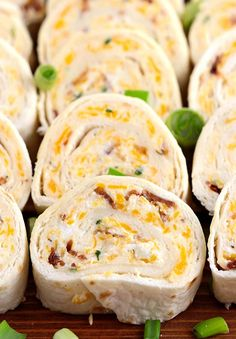 All you need is cream cheese, crumbled bacon (could even use bacon bits), cheddar cheese, ranch dressing, flour tortillas and 10 minutes. Be sure to try these delicious Bacon Cheddar Tortilla Roll ups ! Cream Cheese Pinwheels, Cream Cheese Roll Up, Tortilla Pinwheels, Roll Ups Tortilla, Tortilla Roll Ups Appetizers, Tortilla Wraps, Turkey Pinwheels, Bacon Roll, Pinwheel Recipes