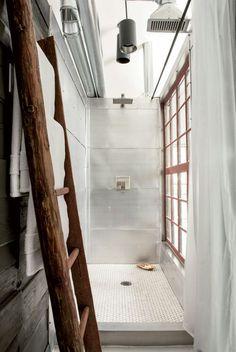 #reforma #baño (presupuestON.com), zona de #ducha de paredes con revestimiento metálico, suelo de mosaico, escalera como toallero.