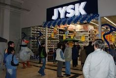 Den 15. marts 2007 åbner JYSK Franchise den første butik i Rumænien i Oradea. Det er den samme franchise-tager, som driver butikkerne i Bulgarien, Estland, Letland, Litauen, Canada samt på Færøerne og Island.