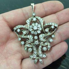 Кулон из белого золота 583 пробы, вес 19.97 грамм. Якутские бриллианты 5.57 карат.