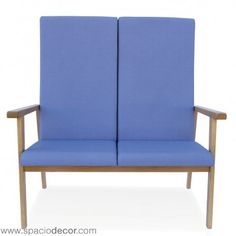 Sofa para la tercera edad de respaldo alto de la colección de geriátrico MADISON. Diseñado con los parámetros de comódidad y confort de los sillones para mayores unipersonales pero con capacidad para 2 personas para permitir compartir espacios en compañia. Disponible también en otras alturas de respaldo, puedes combinarlos con otros sillones o sofás de la colección o con cualquiera de las mesas de Senior Care.  Disponible en 40 atractivos colores diferentes.  Ref. MAD0025MB