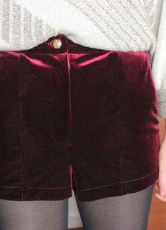 À vendre sur #vintedfrance ! http://www.vinted.fr/mode-femmes/shorts-tailles-hautes/23210906-short-topshop-en-velours-bordeaux #velours #short #bordeaux #topshop