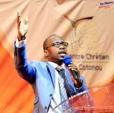 Pasteur Teddy Ngbanda, l'un des fils spirituels du Pasteur Yvan. Premier responsable du Campus ICC Cotonou. Pasteur, Mirrored Sunglasses, Mens Sunglasses, Sport, Fashion, Spiritual, Sons, Moda, Deporte