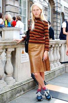 b24632b8c05b9 Fall colors Turtlenecks and knee-length skirts Matched with sneakers London