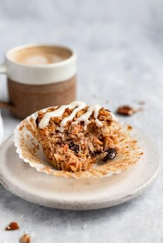 Delicious, healthy carrot cake baked oatmeal cups with raisins, pecans and shredded coconut. These easy carrot cake baked oatmeal cups are naturally sweetened with a touch of maple syrup and topped with a light cream cheese glaze. A wonderful on-the-go or meal prep breakfast for your week! #carrotcake #oatmeal #bakedoatmeal #mealprep #healthybreakfast #glutenfree Easy Carrot Cake, Carrot Cake Oatmeal, Carrot Cake Cookies, Healthy Carrot Cakes, Healthy Treats, Healthy Recipes, Healthy Food, Carrot Muffins, Healthy Eating