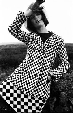 Foale and Tuffin suit .Photo by Brian Duffy, Vogue Sixties Fashion, Mod Fashion, Fashion Beauty, Vintage Fashion, Twiggy, Brian Duffy, Style Année 60, Vintage Dresses, Vintage Outfits