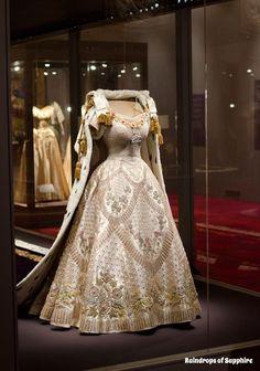Queen Elizabeth II's Coronation Dress, designed by Norman Hartnell and Coronatio. Queen Elizabeth II's Coronation Dress, designed by Norman Hartnell and Coronation Robe made by Ed Norman Hartnell, Vintage Gowns, Vintage Outfits, Vintage Fashion, Vintage Clothing, Beautiful Gowns, Beautiful Outfits, Costume Original, Queen's Coronation