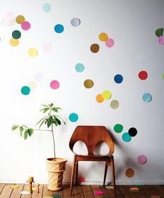 Verzamel diverse kleuren (dik) papier en knip hieruit cirkels van dezelfde grootte. Bevestig de cirkels op de muur. Hiervoor kan je het beste kneedgum gebruiken zodat de cirkels gemakkelijk weer te verwijderen zijn zonder de muur te beschadigen. Een uitgebreidere beschrijving is in het boekFind & Keepte vinden.