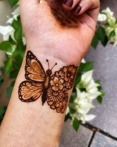 Top Simple Mehndi Designs - Easy-Peasy Yet Beautiful! Henna Hand Designs, Dulhan Mehndi Designs, Mehndi Designs Finger, Henna Tattoo Designs Simple, Rose Mehndi Designs, Simple Arabic Mehndi Designs, Stylish Mehndi Designs, Mehndi Designs For Beginners, Bridal Henna Designs