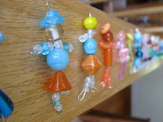 Step by step instructions for bead dolls. A SWAPS idea perhaps? Great for girl scouts.