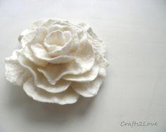 Gefilzte Brosche. Filz Blume Pin. Weiße Rose von Crafts2Love
