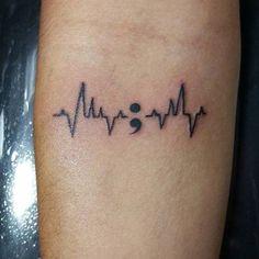 Sim, você está lendo certo, estamos falando sobre a tatuagem de ponto-e-vírgula. Alfabetos são sempre parte do mundo da tatuagem, mas ag...