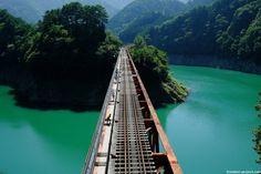奥大井湖上駅で列車を降りて、絶景を見ながら湖上を歩く。最高に贅沢な時間でした。