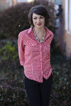 Sunday Crossbow: rotkarierte Bluse zu dunkler Jeans