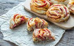 Du musst Essen für eine Party vorbereiten? Wie gut, dass wir dieses Pizzaschnecken-Rezept für Dich parat haben, das Du unbedingt ausprobieren musst: http://www.erdbeerlounge.de/rezepte/kochrezepte/mit-diesem-pizzaschnecken-rezept-bist-du-die-heldin-auf-jeder-party/