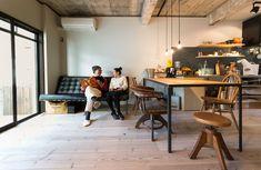 ソファは、ミース・ファン・デル・ローエのバルセロナチェア。リビングの床は足場板を使用。