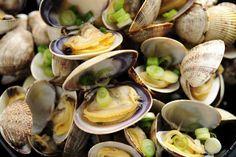 Αχιβάδες αχνιστές με ούζο, φρέσκα κρεμμυδάκια και σάλτσα βουτυράτη. Γρήγορη και εύκολη συνταγή για τον κλασσικό ελληνικό μεζέ από τα Lurpak Μαγειρέματα.