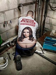 Manly Man Humor: T-Shirt Turns Plumber's Crack into Cleavage. Wow, this plumber can fix anything. Plumbers Crack, Justin Bieber Jokes, Indian Funny, Guerilla Marketing, Internet Marketing, Humor Grafico, Funny Couples, Creative Advertising, Advertising Ideas