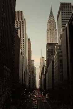 endless buildings ミッドタウン、ニューヨーク 5番街を南側に見たところ。エンパイアーステイトビルがモノクロ写真では斬新なデザインに映りますね&#1...