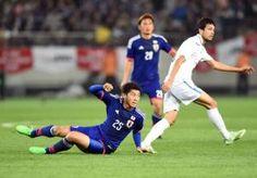 日本対ウズベキスタン 後半、相手にタックルする水本(撮影・たえ見朱実)
