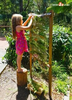 How to make a backyard nature weaving frame that will give you calm kids Hinterhof Natur Webrahmen Outdoor Learning Spaces, Kids Outdoor Play, Backyard For Kids, Outdoor Art, Backyard Ideas, Kids Outdoor Spaces, Outdoor Play Areas, Outdoor Crafts, Backyard Games