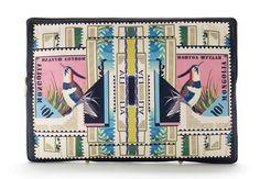 Mary Katrantzou pochettes minaudières timbres www.vogue.fr/...