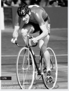 1978 - The worlds first anatomical skin suit created by, yep, ASSOS. Shown here at the Germany Track World Cup Championships Track Cycling, Cycling Art, Bici Fixed, Trek Madone, Vintage Cycles, Athletic Body, First World, World Cup, Racing