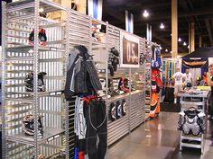 Ejemplo de estanterías metálicas industriales usadas como expositor en tienda de complementos de motos. Materiales estándar combinados para expositores y mostradores.   http://www.esmelux.com/galeriaImgs.php?gl=20