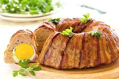 Minced meat roulade with eggs and bacon Many recipe prescriptions are applied Bulgarian Recipes, Russian Recipes, Chicken Cake, Baked Chicken, Mince Dishes, Russian Dishes, Mincemeat, Pork Mince, Greek Cooking