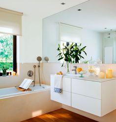 Elige muebles volados. Son compactos y a la vez ligeros. Además facilitan la limpieza y un suelo despejado favorece la amplitud.