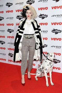 Iggy Azalea & Lorde: Vevo's Halloween Showcase in London!: Photo Iggy Azalea looks amazing while dressing up as Cruella de Vil complete with a real-life dalmatian for the VEVO Halloween Showcase held at The Oval Space on Thursday… Halloween Costumes Pictures, Best Celebrity Halloween Costumes, Hallowen Costume, Cool Halloween Costumes, Halloween Make, Costume Ideas, Halloween 2013, Family Halloween, Pitbull Halloween Costumes