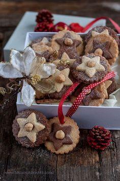 Il profumo inebriante delle nocciole tostate e dei biscotti appena sfornati. Una scatola da riempire e da infiocchettare. Mani protese, occhi che sorridono. La gioia del donare, il piacere del ricevere. Il piacere del ricevere, appunto. Piacere e tutta la mia gratitudine a Ventura da cui ho ricevut… Christmas Food Gifts, Christmas Dishes, Christmas Cooking, Xmas Desserts, Sweet Desserts, Biscotti Cookies, Yummy Cookies, Cookie Exchange Party, Christmas Biscuits