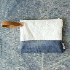 Natural linen and leather clutch clutch bag recycled jeans bag bridesmade clutch cosmetic bag jeans purse denim purse Best Leather Wallet, Leather Clutch, Clutch Bag, Leather Bags, Diy Clutch, Leather Handle, Jean Purses, Purses And Bags, Denim Purse