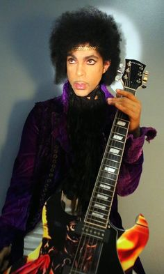Prince is slowly evolving to the Prince I fell in love with in the early 80's! Damn, this man does not age! Ohhhhh, I love you Mr. Nelson!