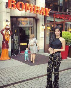 Watch Pakistani Dramas Online For Free - Latest Episodes Pakistani Actress, Bollywood Actress, Pakistani Dramas Online, Western Outfits, Celebs, Celebrities, Indian Beauty, Cute Girls, Lace Skirt
