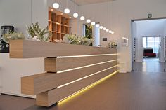 Flos Glo-Balls above reception desk (Tech Office Lobby) Hotel Reception Desk, Modern Reception Desk, Reception Desk Design, Showroom Interior Design, Modern Interior Design, Law Office Design, Office Lobby, Counter Design, Lobby Design