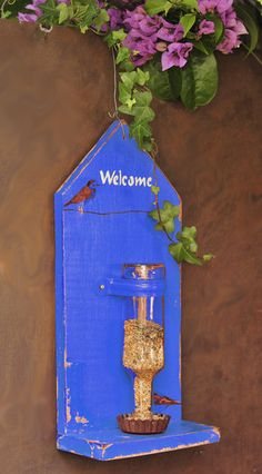 Comedouro para passaros azul com garrafa madeira reciclada pintado detalhe: decoupage com passaros medida 40cm X 20 cm X 10 cm R$90,00