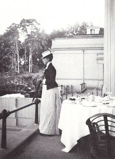 1889 Toria at Frogmore, photographed by her mother. Posted to Foro Dinastias by Missy on 20 October Vintage Family Photos, Vintage Photographs, Princess Victoria, Queen Victoria, Victorian Era, Victorian Fashion, Princess Alexandra Of Denmark, Royal Families Of Europe, Princess Louise