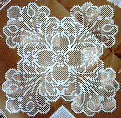 """Os naperons eram peças usadas na sala ou no quarto. Estes esquemas são próprios para cómoda e mesa de cabeceira.  """"Croché arte e tradição"""" n..."""