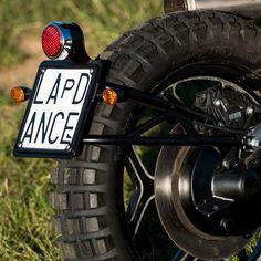 porta targa basso Cb400 Cafe Racer, Cafe Racer Moto, Cafe Racers, Dominator Scrambler, Scrambler Custom, Motorcycle Number Plates, Cb 450, Cafe Racer Parts, Motorbike Parts